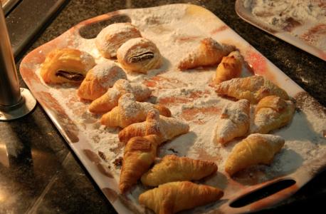 Croissanter med vaniljkräm och chokladmuck.