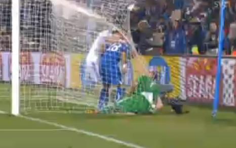 Grön målvakt prejad av blå målgörare medan vit motståndare försöker förstå.
