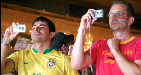 På puben. En brasse och en holländare filmar de sista minuterna i matchen häromdagen.