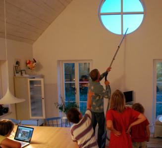 Som kvällstradition tog mannen i huset fram dammsugaren och utövade massutrotning medelst dammsugare uppe i tak och fönster.