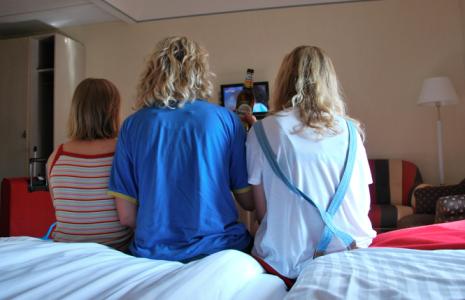 Jag och döttrarna i ett hotellrum på Haga. (Och fotboll – Messi skymtar bakom ölen.)