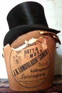 Pelsvaru-, hatt- & mössfabrik J.K. Lundbladhs söner, Kullagatan 12, Helsingborg. Conservera under sommaren alla slags pelsvaror. Affären grundad 1817.
