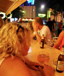Uteservering mitt i natten i den ljumma luften med en kall öl.