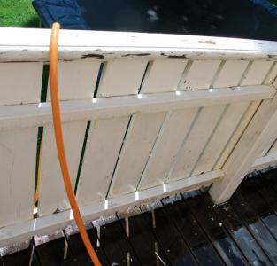 Vattenslangen ligger som en accessoar som fräscht bryter av mot det vita.