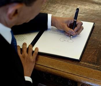 Han är vänsterhänt. (Dock inte Einstein, Benjamin Franklin och Picasso.)