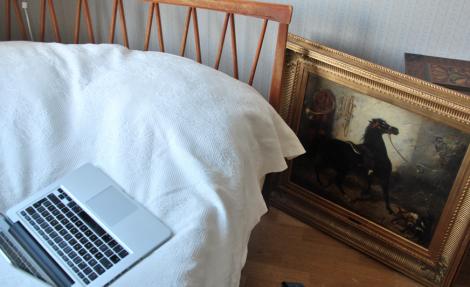 När hon äntligen fann sitt nattkvarter, hade någon nästan placerat ett hästhuvud i sängen.