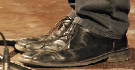 Se bara hur stora Johan Westers skor är. (Jag hann inte placera en tändsticksask bredvid dem.)