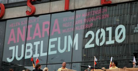 """""""Plattan ska återerövras!"""" skrek en politiker medan jag granskade Kulturhusets fasad."""