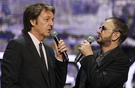 I Beatles var 50 % av medlemmarna vänsterhänta. (Men Ringo spelade högerhänt.)