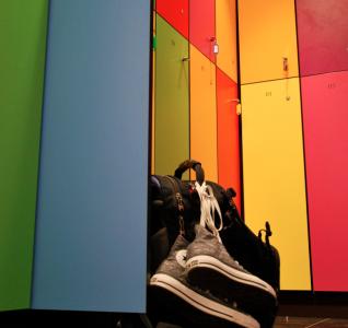 De gråa skåpen målades plötsligt i regnbågens färger. Skorna hittade inte längre hem.