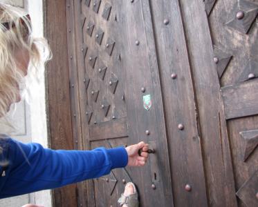Väl framme vid den stora slottsporten, visade det sig att hon inte hade rätt nyckel.