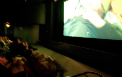Jajaja, det går nästan inte att se. Men det är faktiskt mörkt inne på bio. (Just där är det de två bergsklättrarna som pratar om BMI.)
