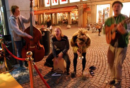 """Vid entrén spelade """"Kvartetten raekan"""" jättecoolt med tamburiner på fötterna."""