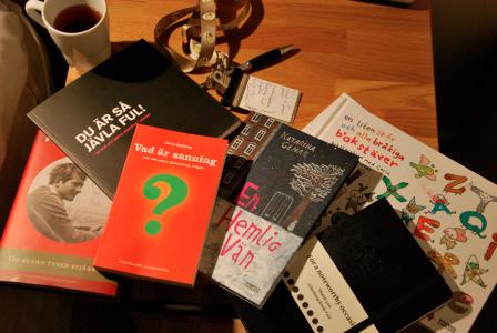Bok om en skådespelare, signerad av två musiker, bok om mobbing i skolan, bok om sanningen signerad av Hallberg själv, två böcker vars författare jag intervjuade på stor scen, presentanteckningsbok, temugg och anteckningsklämma att ha runt halsen.