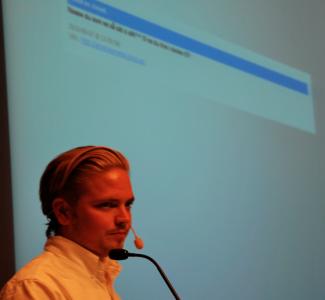 Daniel Kjellsson och bokstäver små som myror.