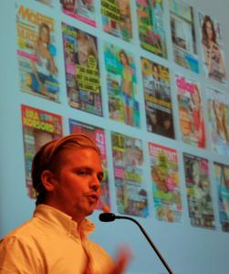 Daniel Kjellsson med de tidningar som han basar över.