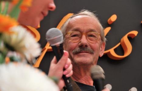 Gösta Ekman på Bokmässan, talandes om att det är konstigt att någon är intresserad av hans liv.