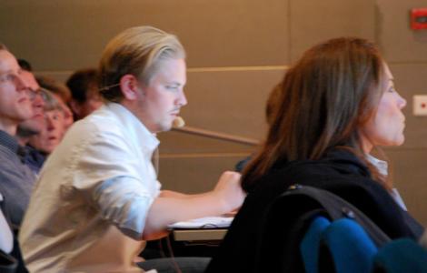 Kolla, Kjellsson får blogga med headset! Och prata med Tilde!