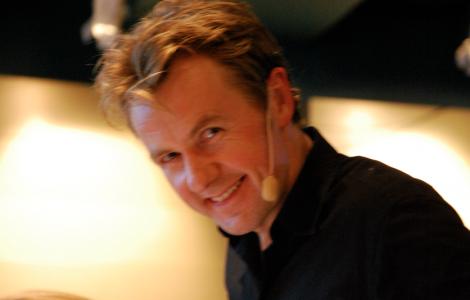 Fredrik Skavlan, fast han ser ju ut som ... Michael Palin?