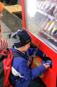 Vi köpte chips i en automat! På perrongen! Wow!