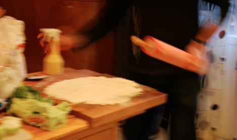 Kockens make svingede den rosa och sprutade över degen.