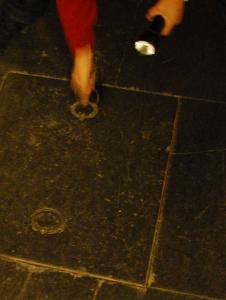 Källaröppningen var en stenplatta med järnringar.