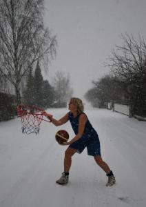 Snöbasket? Basketsnö? (Och nej, tyvärr når jag inte till 3,05 m.)