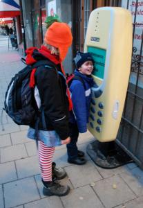 Vi fann en liten telefon.