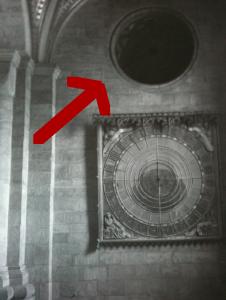 Stackars ventilationshålet finns inte längre! (Det som hänger p väggen är alltså den del som sedermera kom att sitta högst upp på uret.)