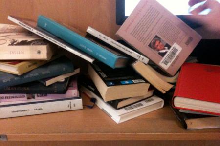 Själv åkte jag till biblo, som var tömt på böcker. Ordningen är nu återställd.