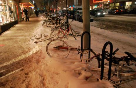 Fallna cykelhjältar på Götgatan mittinatten.