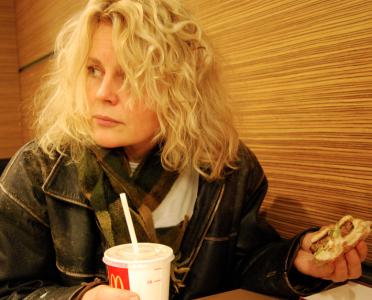 Kolla jag kan äta hamburgare och se fundersam ut samtidigt!