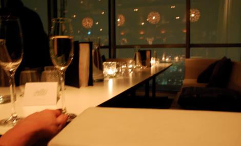 Det tomma bordet och mitt fulla champagneglas.