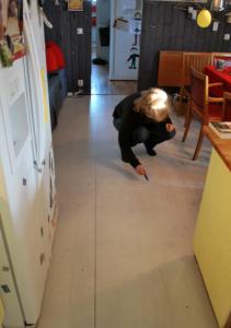 Golvet är alltså ett relativt nylagt trägolv som vi tyvärr målade vitt för ett par år sedan.