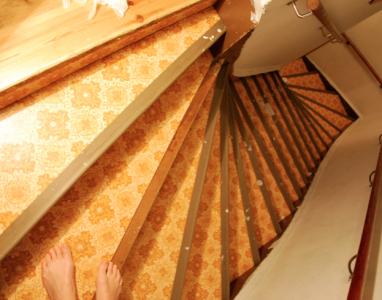 Den absolut fulaste trappan i hela världen – med plastmatta som lades dit 1984.