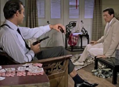 Bond, pistolen och den korta strumpan som avslöjar det håriga benet.
