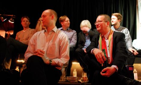 Panelen med Stig Larsson som skyddar sina ögon.