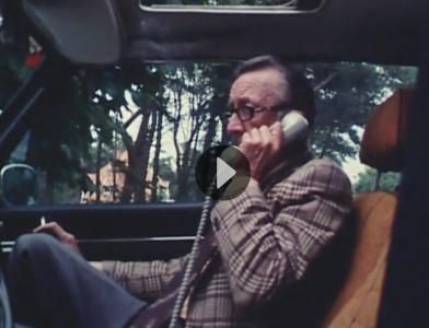 """""""Massi"""" läser in artikel från biltelefonen i Båstad."""