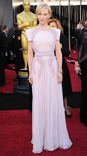En ljuslila klänning i tapetmedaljongsstil med inbyggd haklapp. (Cate Blanchett.)