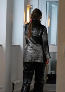 Plåt-Niklas? Nej, Marie-Louise Ekman i silvermålad läderkostym.