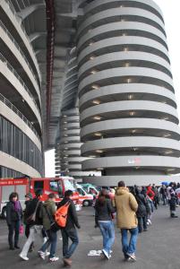 Efter matchen tömdes stadion verkligen snabbt – se hur det inte ens är fullt i de vindlande cementgångarna i pelarna.