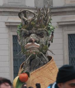 När vi ändå är inne på statyer och så: kolla vem trädgubben ser ut som!