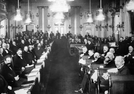 Det här är Stora Börssalen 1922. Men vilka är de? Vad är det för sammankomst?