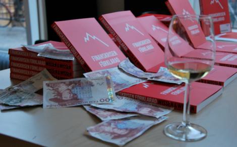 Finanskrisen förklarad med pengar och vin som pendang.