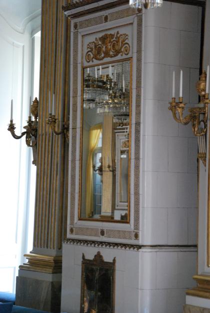 Ni ser spegeln? Liakdana speglar, fast måttanpassade att täcka fönstren finns på vinden.