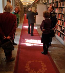 I den här korridoren finns porträtt och böcker en masse. Sture försökte få oss att gå med raska steg framåt medan han berättade om allt. Men vi kom på efterkälken.