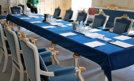Svenska Akademiens framdukade mötesbord.