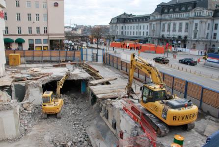 Det där är en gammal tunnelbanenedgång, numera mosad. Det orangefärgade borta vid Centralens entré är mesiga kulisser, för bakom dem finns ingenting. Bara grus.