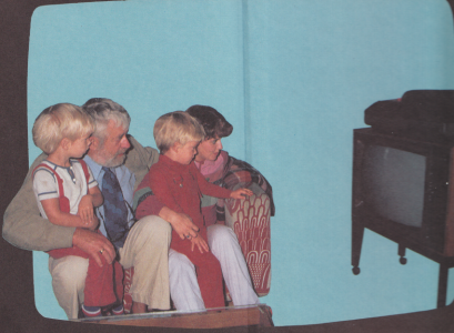 Monstret ovanpå tv:n är nog en tidig videobandspelare.