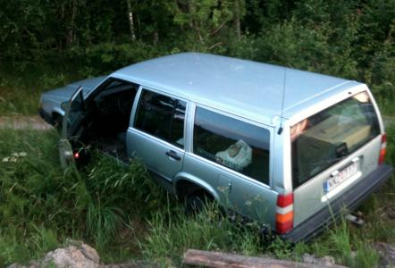 Vänster bakhjul och höger framhjul hängde i luften och bilen påminde på så sätt lite om ett hängbukssvin.